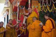 Дээрхийн Гэгээнтэн Далай Лам бодьсадвын санваар хайрлах үедээ цэцэг өргөх зан үйл үйлдэж байгаа нь. Энэтхэг, Карнатака, Билакуппе, Дашлхүнбо хийд. 2015.12.28. Гэрэл зургийг Тэнзин Чойжор (ДЛО)