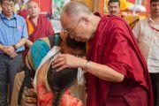 Дээрхийн Гэгээнтэн Далай Лам номын айлдварын сүүлийн өдөр бурхан шүтээний өмнө залбирч байгаа нь. Энэтхэг, Карнатака, Билакуппе, Дашлхүнбо хийд. 2015.12.28. Гэрэл зургийг Тэнзин Чойжор (ДЛО)