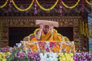 Дээрхийн Гэгээнтэн Далай Лам номын айлдвараа өндөрлөөд адис авч байгаа нь. Энэтхэг, Карнатака, Билакуппе, Дашлхүнбо хийд. 2015.12.28. Гэрэл зургийг Тэнзин Чойжор (ДЛО)