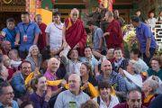 Дээрхийн Гэгээнтэн Далай Лам Европын улс орноос ирсэн зочдоос Франц улсын иргэдтэй зургаа татуулж байгаа нь. Энэтхэг, Карнатака, Билакуппе, Дашлхүнбо хийд. 2015.12.28. Гэрэл зургийг Тэнзин Чойжор (ДЛО)