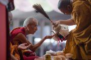 """""""Гаадамбын 16 дусал"""" авшиг өгөх үед Шарба цорж рашаан хүртэж байгаа нь. Энэтхэг, Карнатака, Билакуппе, Дашлхүнбо хийд. 2015.12.30. Гэрэл зургийг Тэнзин Чойжор (ДЛО)"""