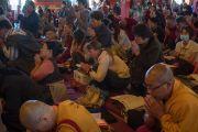 Гаадамбын 16 бурханы авшиг хүртэж буй сүсэгтнүүд. Энэтхэг, Карнатака, Билакуппе, Дашлхүнбо хийд. 2015.12.30. Гэрэл зургийг Тэнзин Чойжор (ДЛО)