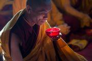 """Монах читает молитвы перед вкушением чая во второй день посвящения """"16 капель линии кадам"""" в монастыре Ташилунпо. Билакуппе, штат Карнатака, Индия. 31 декабря 2015 г. Фото: Тензин Чойджор (офис ЕСДЛ)"""