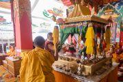 Гаадамбын 16 бурханы авшиг өгөх 2 дахь өдөр хот мандлыг нээж байгаа нь. Энэтхэг, Карнатака, Билакуппе, Дашлхүнбо хийд. 2015.12.31. Гэрэл зургийг Тэнзин Чойжор (ДЛО)
