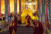 Авшиг айлдах хоёр дахь өдөр Дээрхийн Гэгээнтэн дуганд морилон ирж байгаа нь. Энэтхэг, Карнатака, Билакуппе, Дашлхүнбо хийд. 2015.12.31. Гэрэл зургийг Тэнзин Чойжор (ДЛО)