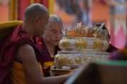 Даншүг өргөх ёслолын үеэр Лин ринбочэ Дээрхийн Гэгээнтэн Далай Ламд мандал өргөж байгаа нь. Энэтхэг, Карнатака, Билакуппе, Дашлхүнбо хийд. 2016.01.01. Гэрэл зургийг Тэнзин Чойжор (ДЛО)
