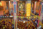 Даншүг өргөх ёслолын үеэр дуганд цугласан олон лам нар. Энэтхэг, Карнатака, Билакуппе, Дашлхүнбо хийд. 2016.01.01. Гэрэл зургийг Тэнзин Чойжор (ДЛО)