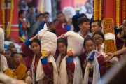 Даншүг өргөх ёслолын үеэр Дээрхийн Гэгээнтэн Далай Ламд үр тарианы дээжээс өргөн барьж байгаа нь. Энэтхэг, Карнатака, Билакуппе, Дашлхүнбо хийд. 2016.01.01. Гэрэл зургийг Тэнзин Чойжор (ДЛО)