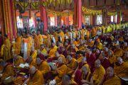 Даншүг өргөх ёслолын үеэр Дээрхийн Гэгээнтэн Далай Ламд өргөх олон боть ном барьсан лам нар жагсан дуганд орж ирэв. Энэтхэг, Карнатака, Билакуппе, Дашлхүнбо хийд. 2016.01.01. Гэрэл зургийг Тэнзин Чойжор (ДЛО)