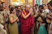 Хоёр долоо хоногийн турш ажилласан хамгаалалтын албаны цагдаа нарт Дээрхийн Гэгээнтэн Далай Лам талархаж байгаа нь. Энэтхэг, Карнатака, Билакуппе, Дашлхүнбо хийд. 2016.01.01. Гэрэл зургийг Тэнзин Чойжор (ДЛО)