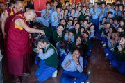 Дээрхийн Гэгээнтэн Далай Лам дунд сургуулийн сурагчидтай уулзаж байгаа нь. Энэтхэг, Карнатака, Билакуппе, Дашлхүнбо хийд. 2016.01.01. Гэрэл зургийг Тэнзин Чойжор (ДЛО)