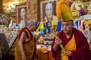 Дээрхийн Гэгээнтэн Далай Лам энэ өглөө дуганд морилон ирэхдээ шүтээний өмнө залбирч байгаа нь. Энэтхэг, Карнатака, Билакуппе, Дашлхүнбо хийд. 2016.01.01. Гэрэл зургийг Тэнзин Чойжор (ДЛО)