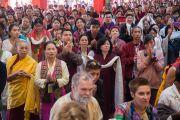 Дээрхийн Гэгээнтэн Далай Ламыг дуганд морилон ирэхэд сүсэгтнүүд хүндэтгэн хүлээж байгаа нь. Энэтхэг, Карнатака, Билакуппе, Дашлхүнбо хийд. 2016.01.01. Гэрэл зургийг Тэнзин Чойжор (ДЛО)