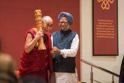 В завершение встречи бывший премьер-министр Индии Манмохан Сингх преподнес Его Святейшеству Далай-ламе статуэтку с индийским государственным гербом. Дели, Индия. 4 января 2016 г. Фото: Тензин Чойджор (офис ЕСДЛ)