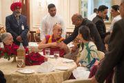 Бывший министр иностранных дел Индии Шиам Саран приветствует Его Святейшество Далай-лама на обеде перед встречей, посвященной его прошедшему 80-летию. Дели, Индия. 4 января 2016 г. Фото: Тензин Чойджор (офис ЕСДЛ)