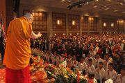 Дээрхийн Гэгээнтэн Далай Лам хурлын танхимд морилон ирээд цугласан олонтой мэндчилж байгаа нь. АНУ, Миннесота, Миннеаполис. 2016.02.21. Гэрэл зургийг Жерреми Рассел (ДЛО)