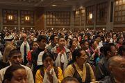 Дээрхийн Гэгээнтэн Далай Ламыг хурлын танхимд морилон ирэхэд тэнд цугласан олон угтан авч байгаа нь. АНУ, Миннесота, Миннеаполис. 2016.02.21. Гэрэл зургийг Жерреми Рассел (ДЛО)