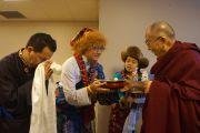Төвөдийн нийгэмлэгийн гишүүд Дээрхийн Гэгээнтэн Далай Ламыг Миннесотагийн хурлын төвд уламжлалт ёслолоор угтан авч байгаа нь. АНУ, Миннесота, Миннеаполис. 2016.02.21. Гэрэл зургийг Жерреми Рассел (ДЛО)