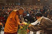 Номын айлдварын төгсгөлд Дээрхийн Гэгээнтэн Далай Ламд цэцгэн эрхис өргөн барьлаа. АНУ, Миннесота, Миннеаполис. 2016.02.21. Гэрэл зургийг Жерреми Рассел (ДЛО)