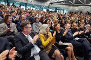 Хэлэлцүүлгийн төгсгөлд хурлийн гишүүд бүгд Дээрхийн Гэгээнтэн Далай Ламд талархал илэрхийлж алга ташлаа. Швейцарь, Женев. 2016.03.11. Гэрэл зургийг Оливер Адам
