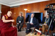 Дээрхийн Гэгээнтэн Далай Лам сэтгүүлч нартай уулзаж байгаа нь. Швейцарь, Женев. 2016.03.11. Гэрэл зургийг Оливер Адам