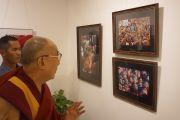 """Его Святейшество Далай-лама на выставке фотографий Виджая Кранти """"Спасибо, Далай-лама!"""" в галерее Всеиндийского общества изящных искусств и ремесел. Нью-Дели, Индия. 10 апреля 2016 г. Фото: Джереми Рассел (офис ЕСДЛ)"""