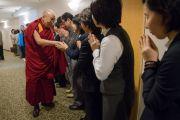 Перед отлетом в Осаку Его Святейшество Далай-лама благодарит волонтеров, помогавших ему в Нарите. Нарита, Япония. 9 мая 2016 г. Фото: Тензин Чойджор (офис ЕСДЛ)