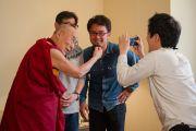 Его Святейшество Далай-лама шутливо благодарит членов съемочной группы после интервью японской общественной телерадиокомпании «Эн-Эйч-Кей». Осака Япония. Фото: Тензин Чойджор (офис ЕСДЛ)