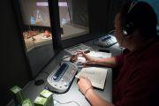 """Один из шести переводчиков, работающих на учениях Его Святейшества Далай-ламы по поэме Шантидевы """"Путь бодхисаттвы"""". Осака, Япония. 11 мая 2016 г. Фото: Тензин Чойджор (офис ЕСДЛ)"""
