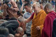 Его Святейшество Далай-лама приветствует верующих по дороге в главный тибетский храм. Дхарамсала, Индия. 16 мая 2016 г. Фото: Тензин Чойджор (офис ЕСДЛ)
