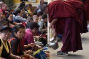 Верующих угощают молочным чаем в течение завершающей сессии десятого дня молитвенного собрания в главном тибетском храме. Дхарамсала, Индия. 16 мая 2016 г. Фото: Тензин Чойджор (офис ЕСДЛ)