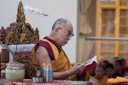 Его Святейшество Далай-лама во время десятого дня молитвенного собрания по случаю священного месяца Сага Дава в главном тибетском храме. Дхарамсала, Индия. 16 мая 2016 г. Фото: Тензин Чойджор (офис ЕСДЛ)