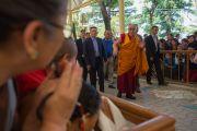 Его Святейшество Далай-лама прибывает в главный тибетский храм Цуглакханг. Дхарамсала, Индия. 16 мая 2016 г. Фото: Тензин Чойджор (офис ЕСДЛ)