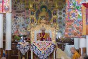 Его Святейшество Далай-лама во время молебна в храме Калачакры по случаю праздника Весак – дня рождения, просветления и ухода в паринирвану Будды Шакьямуни. Дхарамсала, Индия. 21 мая 2016 г. Фото: Тензин Чойджор (офис ЕСДЛ)