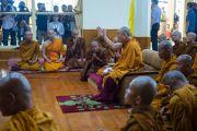 Его Святейшество Далай-лама беседует с группой тайских монахов в главном тибетском храме. Дхарамсала, Индия. 21 мая 2016 г. Фото: Тензин Чойджор (офис ЕСДЛ)