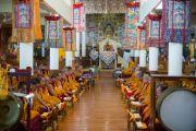 Его Святейшество Далай-лама и монахи монастыря Намгьял проводят молебен в храме Калачакры по случаю праздника Весак – дня рождения, просветления и ухода в паринирвану Будды Шакьямуни. Дхарамсала, Индия. 21 мая 2016 г. Фото: Тензин Чойджор (офис ЕСДЛ)
