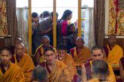 Верующие совершают обход вокруг главного тибетского храма и храма Калачакры во время молебна, проводимого Его Святейшеством Далай-ламой и монахами монастыря Намгьял. Дхарамсала, Индия. 21 мая 2016 г. Фото: Тензин Чойджор (офис ЕСДЛ)