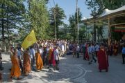 Его Святейшество Далай-лама ведет группу тайских монахов в главный тибетский храм на торжества по случаю праздника Весак – дня рождения, просветления и ухода в паринирвану Будды Шакьямуни. Дхарамсала, Индия. 21 мая 2016 г. Фото: Тензин Чойджор (офис ЕСДЛ)