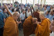 Его Святейшество Далай-лама благословляет группу тайских монахов в главном тибетском храме перед их отбытием в пешее паломничество в Лех (Ладакх), совершаемое во имя мира на земле. Дхарамсала, Индия. 21 мая 2016 г. Фото: Тензин Чойджор (офис ЕСДЛ)