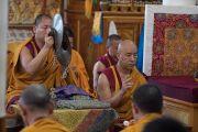 Монахи монастыря Намгьял играют на ритуальных музыкальных инструментах во время молебна в храме Калачакры. Дхарамсала, Индия. 21 мая 2016 г. Фото: Тензин Чойджор (офис ЕСДЛ)