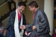 Бывший спикер тибетского парламента Пенпа Церинг поздравляет сикьонга Лобсанга Сенге с принятием присяги и вступлением в должность на второй срок. Дхарамсала, Индия. 27 мая 2016 г. Фото: Тензин Чойджор (офис ЕСДЛ)