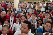 Верующие почтительно провожают Его Святейшество Далай-ламу по завершении торжественной церемонии приведения к присяге сикьонга Лобсанга Сенге. Дхарамсала, Индия. 27 мая 2016 г. Фото: Тензин Чойджор (офис ЕСДЛ)