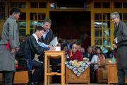 В присутствии Его Святейшества Далай-ламы сикьонг Лобсанг Сенге подписывает официальный документ о принятии присяги. Дхарамсала, Индия. 27 мая 2016 г. Фото: Тензин Чойджор (офис ЕСДЛ)