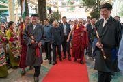 Его Святейшество Далай-лама прибывает в главный тибетский храм на торжественную церемонию приведения к присяге сикьонга Лобсанга Сенге. Дхарамсала, Индия. 27 мая 2016 г. Фото: Тензин Чойджор (офис ЕСДЛ)