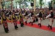 Артисты Тибетского института театральных искусств исполняют традиционный тибетский танец во время торжественной церемонии приведения к присяге сикьонга Лобсанга Сенге. Дхарамсала, Индия. 27 мая 2016 г. Фото: Тензин Чойджор (офис ЕСДЛ)