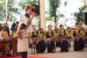 Артисты Тибетского института театральных искусств исполняют традиционную тибетскую песню во время торжественной церемонии приведения к присяге сикьонга Лобсанга Сенге. Дхарамсала, Индия. 27 мая 2016 г. Фото: Тензин Чойджор (офис ЕСДЛ)