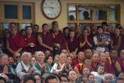 Собравшиеся, в основном тибетцы, наблюдают торжественную церемонию приведения к присяге сикьонга Лобсанга Сенге. Дхарамсала, Индия. 27 мая 2016 г. Фото: Тензин Чойджор (офис ЕСДЛ)