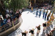 Артисты Тибетского института театральных искусств собираются на площади у главного тибетского храма перед началом торжественной церемонии приведения к присяге сикьонга Лобсанга Сенге. Дхарамсала, Индия. 27 мая 2016 г. Фото: Тензин Чойджор (офис ЕСДЛ)