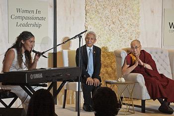 Далай-лама принял участие в торжественном завтраке «Женщины – лидеры с сострадательным сердцем»