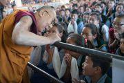 Его Святейшество Далай-лама приветствует юных тибетцев, собравшихся в главном тибетском храме на ежегодные учения своего духовного лидера. Дхарамсала, Индия. 1 июня 2016 г. Фото: Тензин Чойджор (офис ЕСДЛ)